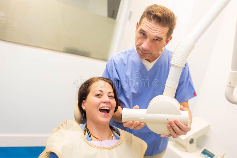 Dentysta bierze zębu prześwietlenie pacjent zdjęcia stock