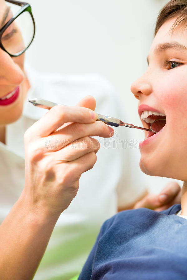 Dentysta daje cierpliwej rada fotografia stock