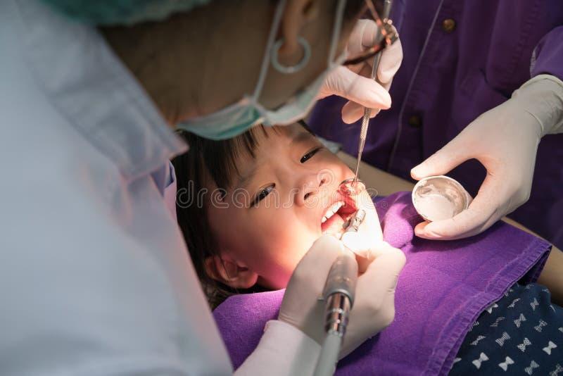 Dentysta dziewczyn polerowniczy azjatykci zęby fotografia stock