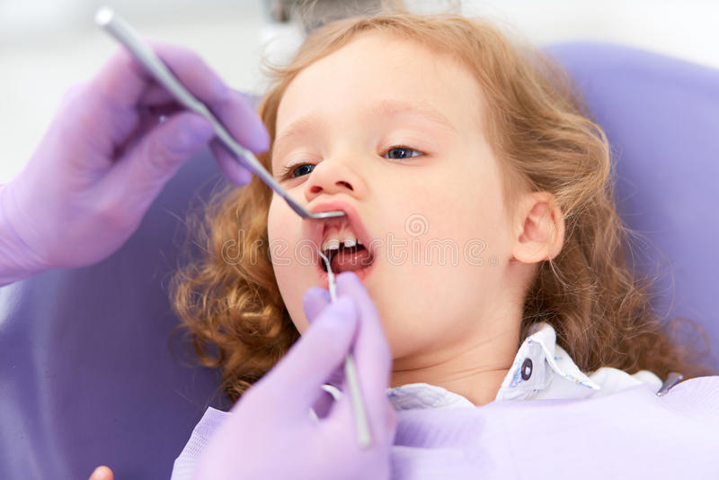 Dentysta egzamininuje pod wargą fotografia stock