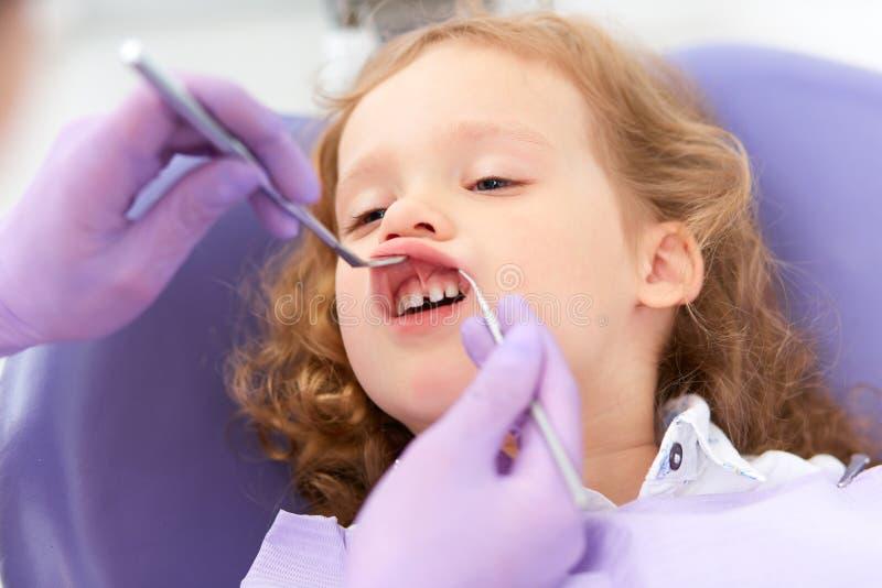 Dentysta egzamininuje pod wargą zdjęcia royalty free