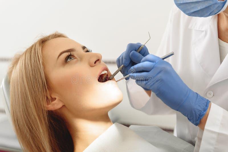Dentysta egzamininuje usta klient zdjęcia royalty free