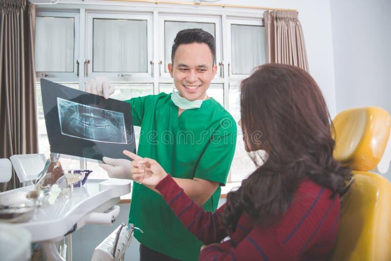 Dentysta i cierpliwy wyjaśnia x promień fotografia royalty free