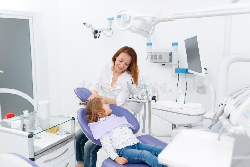 Dentysta i dziecko w gabinecie fotografia stock