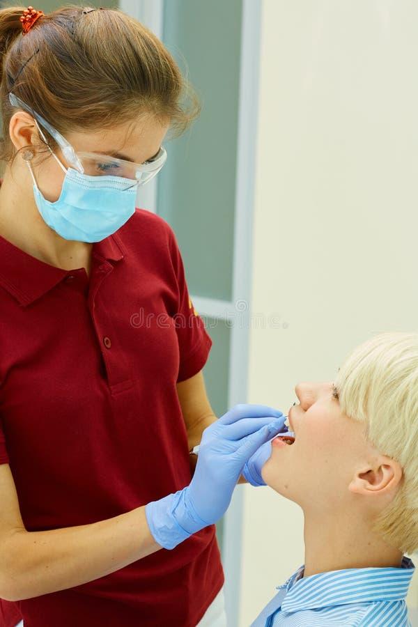 Dentysta leczy żeńskiego pacjenta obrazy royalty free
