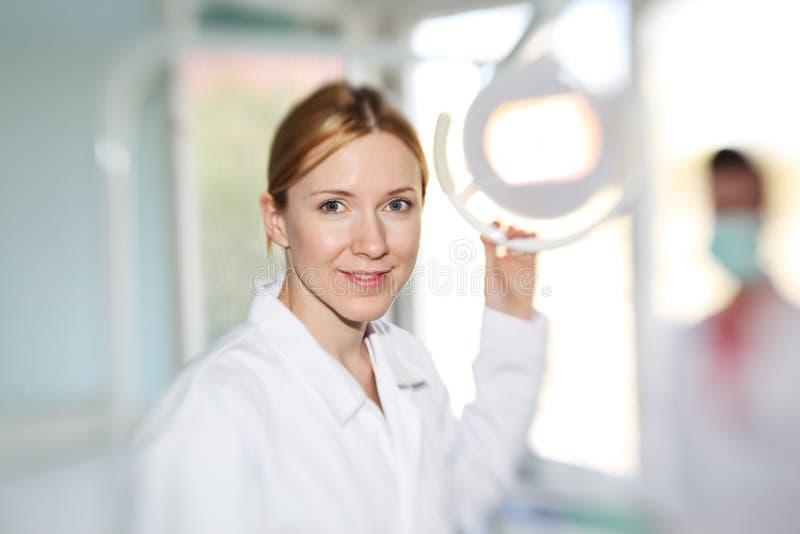 Download Dentysta lekarka zdjęcie stock. Obraz złożonej z dorosły - 19474338