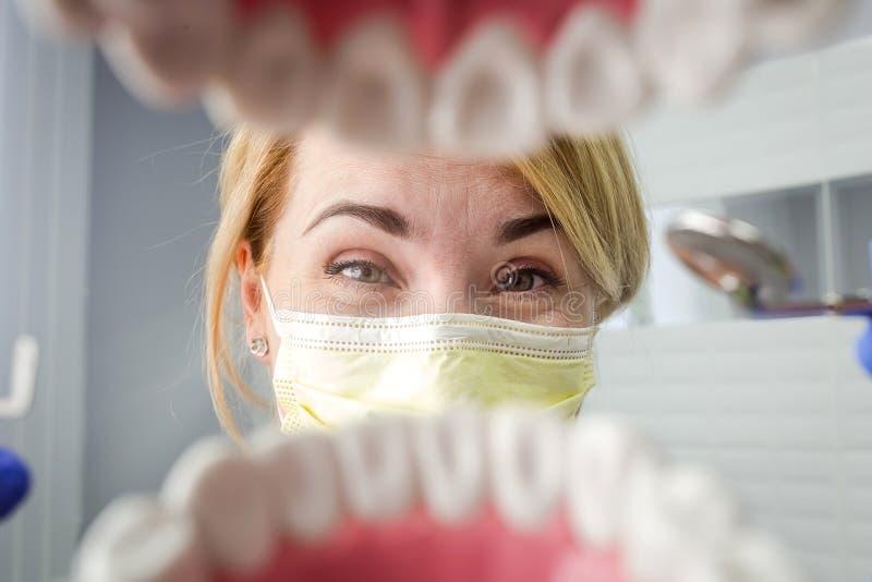 Dentysta patrzeje w zębach nad otwartym cierpliwym ` s usta Oralna opieka Ja obraz stock