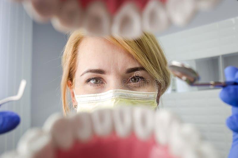 Dentysta patrzeje w zębach nad otwartym cierpliwym ` s usta Oralna opieka Ja zdjęcia royalty free