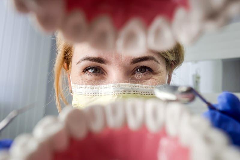 Dentysta patrzeje w zębach nad otwartym cierpliwym ` s usta Oralna opieka Ja zdjęcia stock