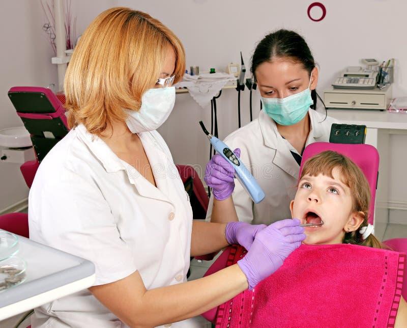 Dentysta pielęgniarka i mała dziewczynka pacjent fotografia stock