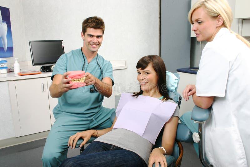 dentysta target2108_0_ pacjenta traktowanie zdjęcia royalty free