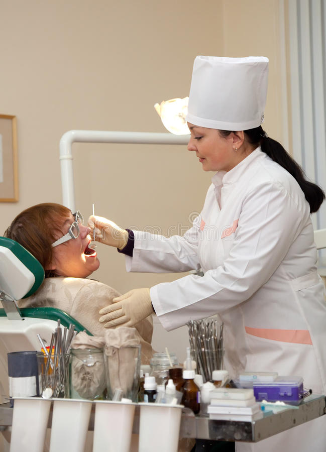 Dentysta target818_0_ jej pacjenta z narzędziami zdjęcie royalty free