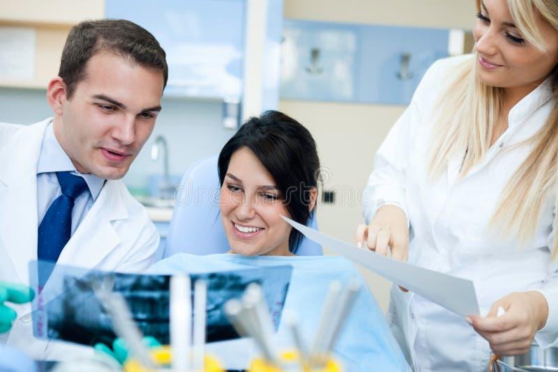 Dentysta wyjaśnia promieniowanie rentgenowskie obraz royalty free