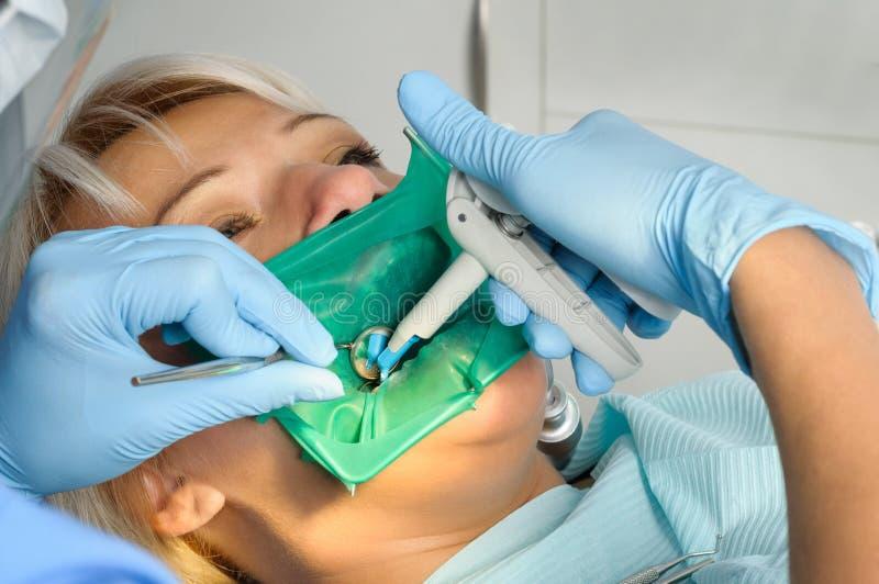 Dentysta z pacjentem, cleaning i leczyć, obraz royalty free