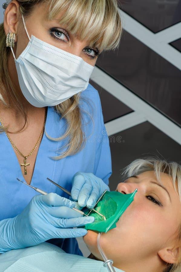 Dentysta z pacjentem, cleaning i leczyć, obrazy stock
