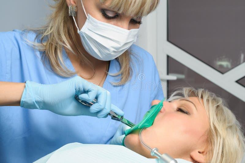 Dentysta z pacjentem, instalacja gumy tama obraz royalty free