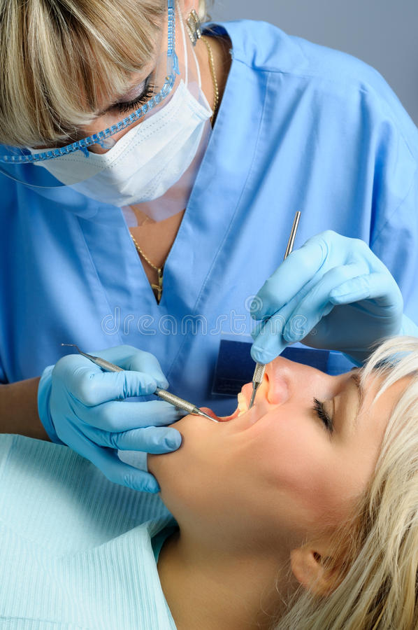 Dentysta z pacjentem, stomatologiczny rachunku usunięcie zdjęcia stock