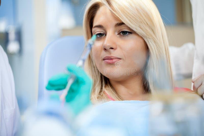 Dentysta znieczula pacjenta obraz royalty free