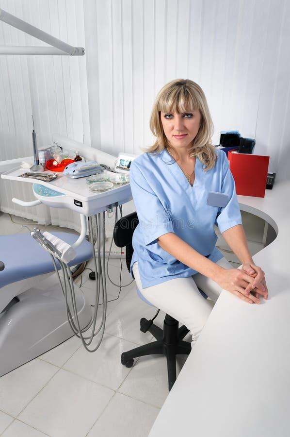 Dentysty biurowy wnętrze z kobiety lekarką obraz royalty free