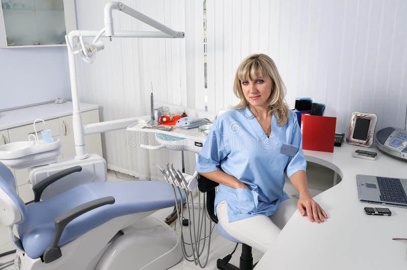 Dentysty biurowy wnętrze z kobiety lekarką zdjęcie stock