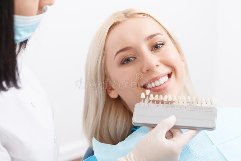 Dentysty dopasowywanie wypełnia dla zębów jego klient obraz stock