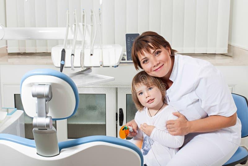Dentysty i pacjenta ono uśmiecha się obraz stock