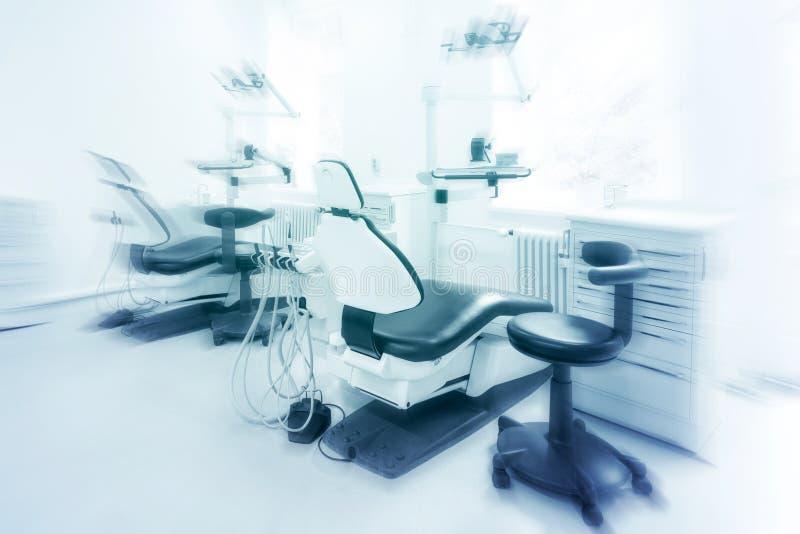 Dentysty krzesło w pustym stomatologicznym kliniki wnętrzu obraz stock