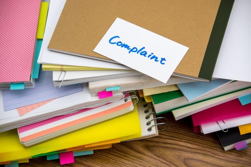 Denuncia; La pila de documentos de negocio en el escritorio fotografía de archivo libre de regalías