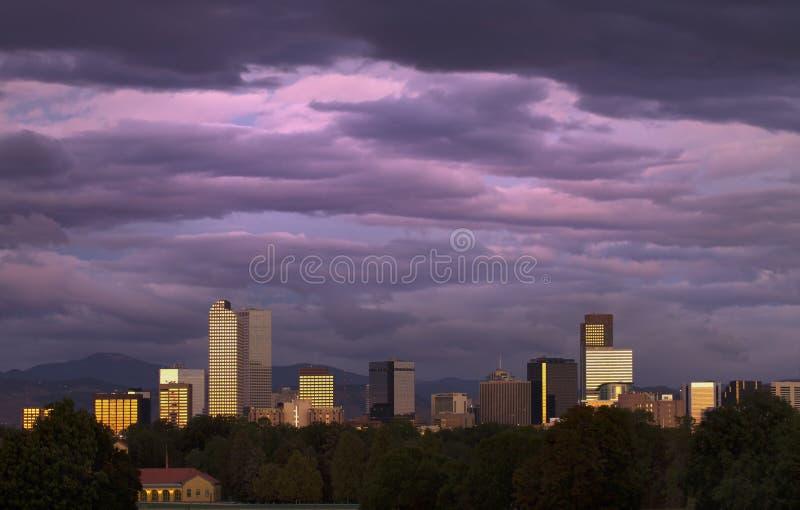 Denver bajo salida del sol rosada imagen de archivo libre de regalías