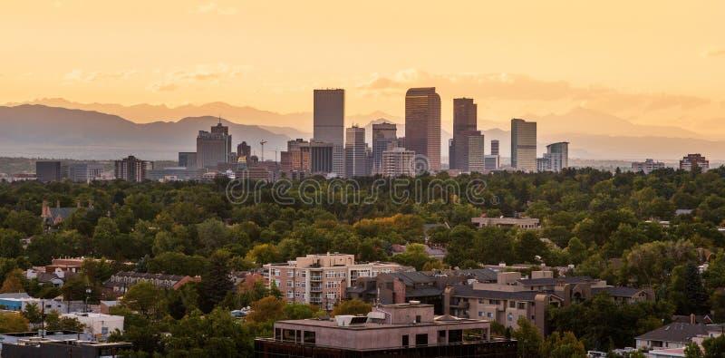 Denver céntrica con puesta del sol imagenes de archivo