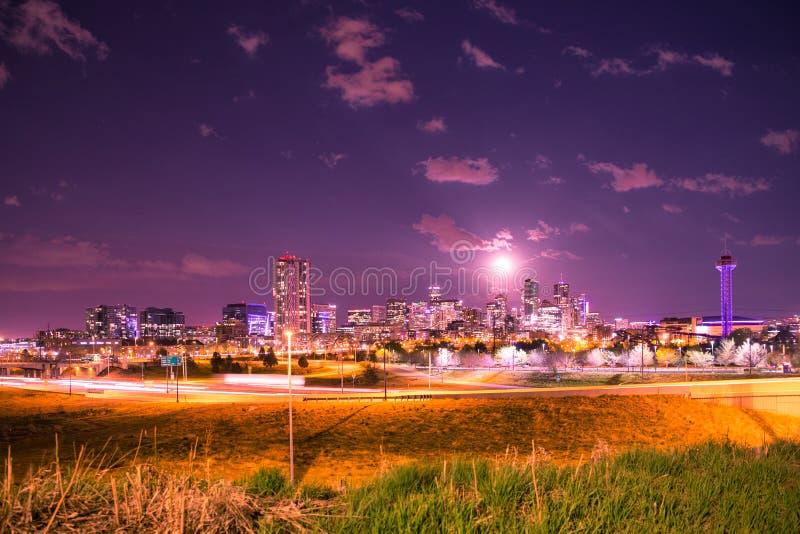 Denver Colorado Skyline van de binnenstad bij Nacht stock fotografie