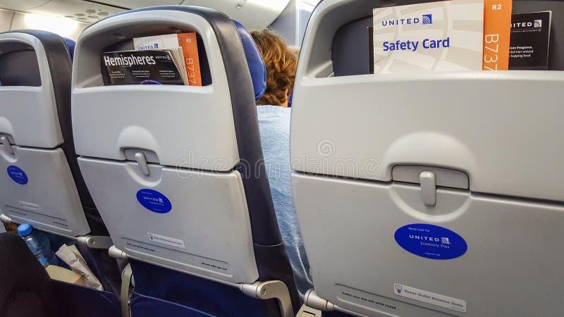 DENVER, Colorado, U.S.A., il 30 dicembre 2017 - economia più i sedili in un aeroplano di Boeing 737 di United Airlines Sicurezza  immagine stock