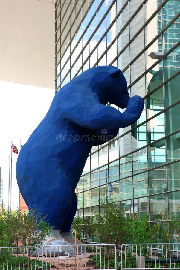 Denver Convention Center y oso azul fotos de archivo libres de regalías