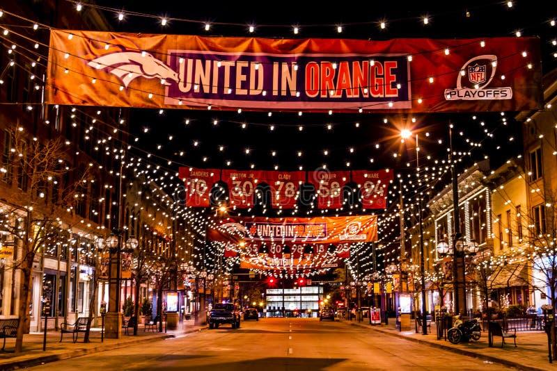 Denver Larimer Square NFL som förenas i apelsin royaltyfria foton