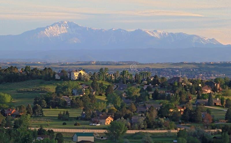 Denver Metro Area Residential Panorama com a vista de montanhas de Front Range na distância imagem de stock royalty free