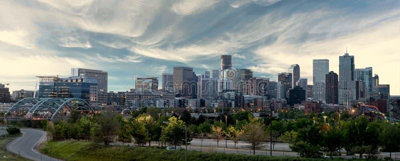 Denver Skyline con colores de la mañana y nubes sobre la ciudad fotos de archivo libres de regalías