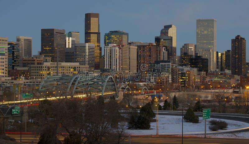Denver Skyline en la puesta del sol imagenes de archivo