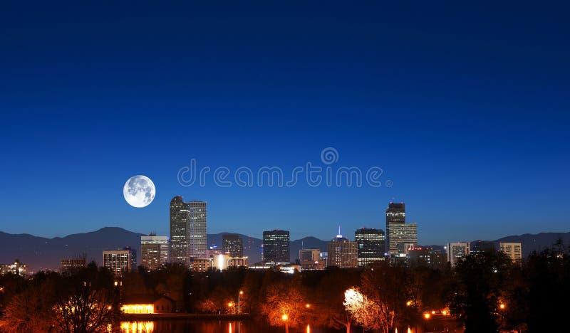 Denver Skyline met Maan royalty-vrije stock fotografie