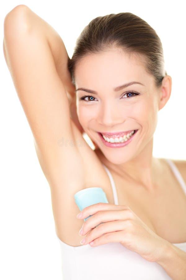Deodorant - kvinna som applicerar deodoranten i armhåla royaltyfria foton