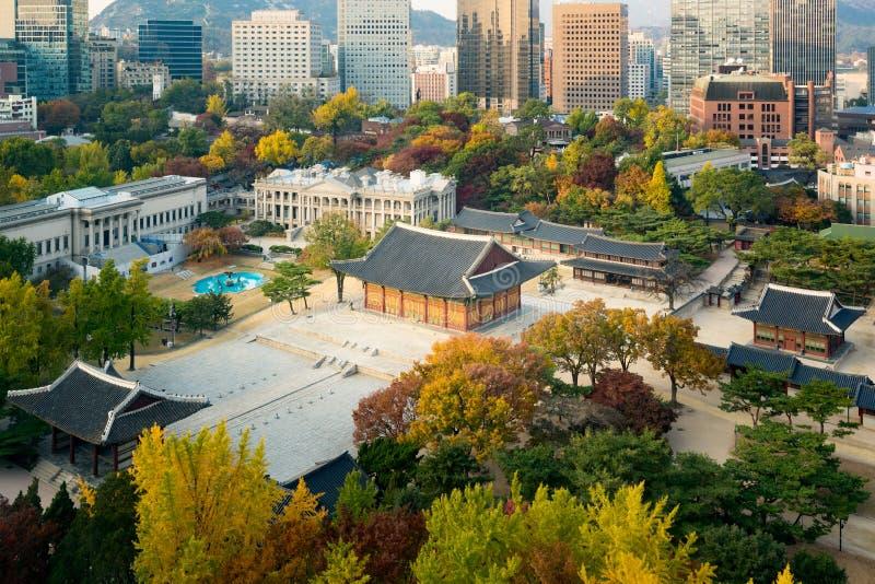 Deoksugung slott- och Seoul stad i höstsäsong i Seoul, Sout royaltyfri foto