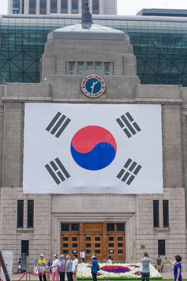 DEOKSUGUNG/SYDKOREA - JUNI 24, 2013: Sydkoreansk flagga på stadshus i Deoksugung, Sydkorea royaltyfri foto