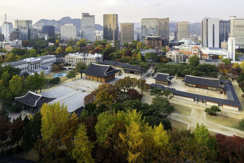 Deoksugungs-Palast auf Herbstsaison in Seoul, Südkorea stockfotografie