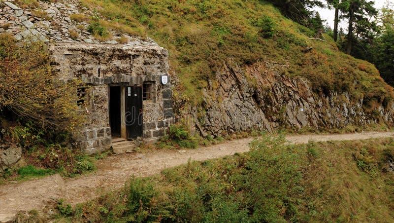Depósito construído na rocha imagens de stock