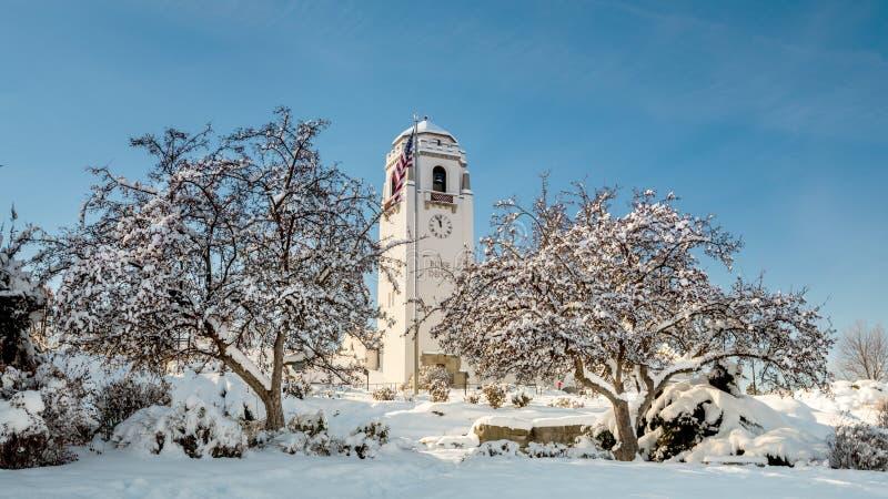 Depósito cubierto con el parque de la nieve y de la ciudad fotografía de archivo libre de regalías
