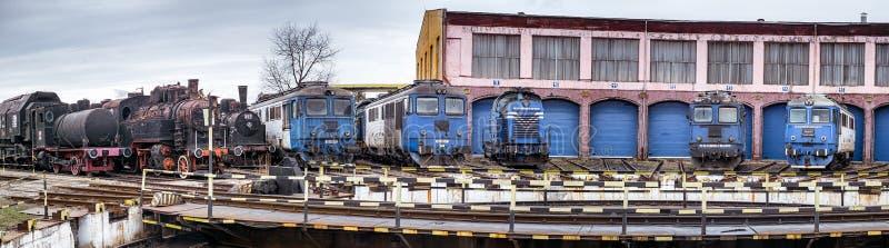 Depósito da estrada de ferro com vapor velho e as locomotivas diesel modernas foto de stock royalty free