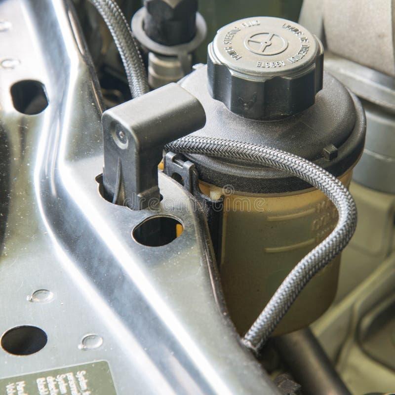 Depósito de aceite de la dirección de poder del coche fotos de archivo libres de regalías