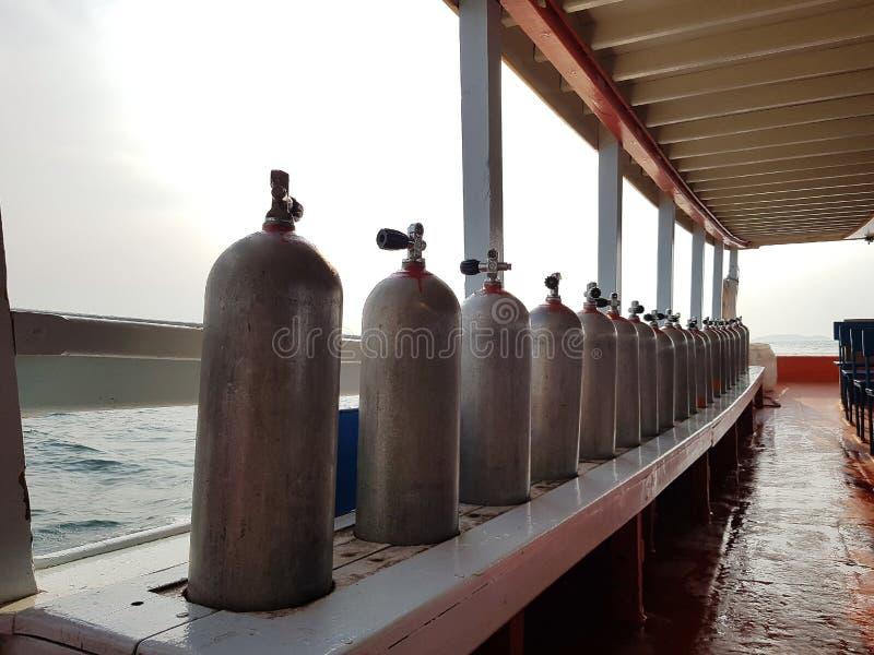 Depósito de ar SCUBA num navio de mergulho imagens de stock