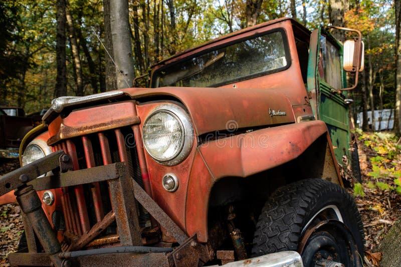 Depósito de chatarra automotriz antiguo en otoño - Willys abandonado Jeep Station Wagon - Pennsylvania del vintage fotografía de archivo
