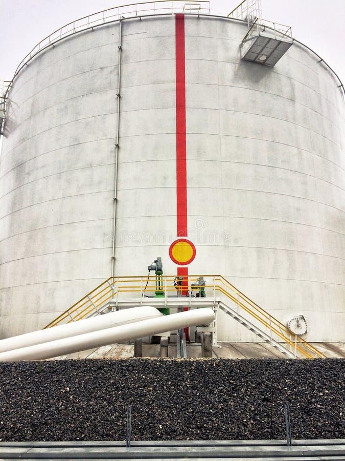 Depósito de gasolina vertical blanco grande fotografía de archivo