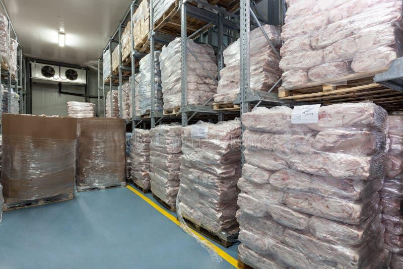 Depósito de la carne en un almacén frigorífico. foto de archivo